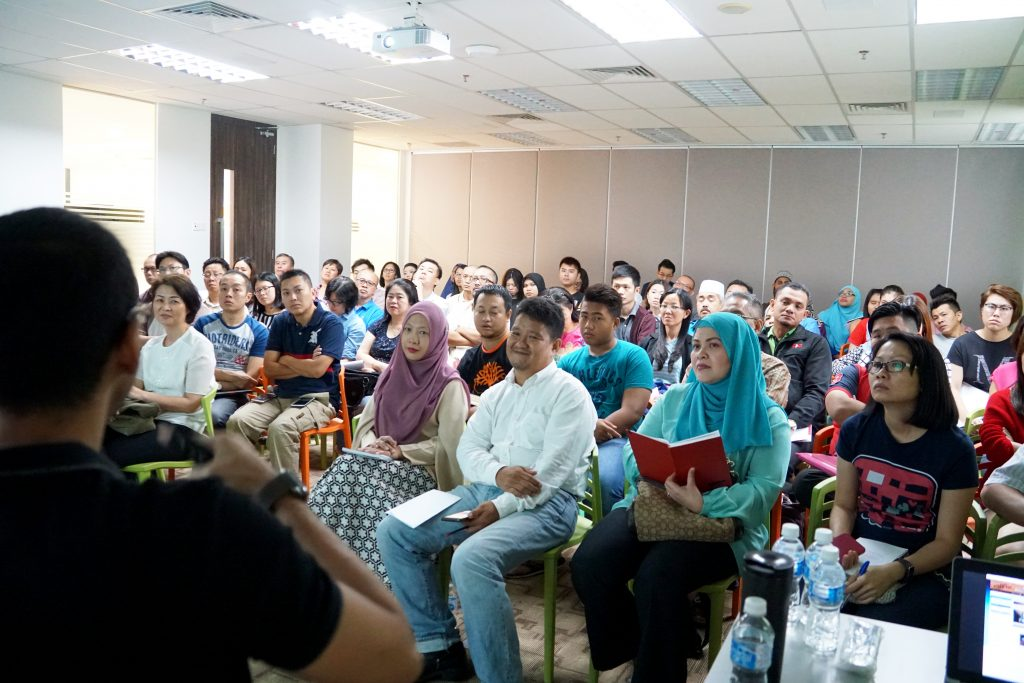 The attendees are paying attention to the Lelong.my Trainers